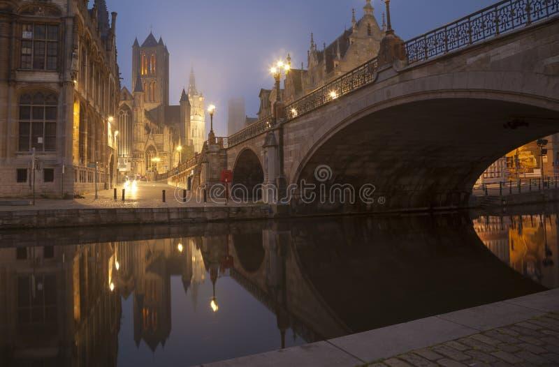Мост Майкл s и belfot города Gent в тумане стоковые фото