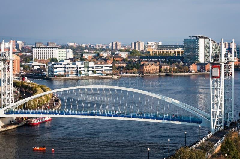 Мост Манчестер Англия тысячелетия набережных Salford стоковые изображения rf