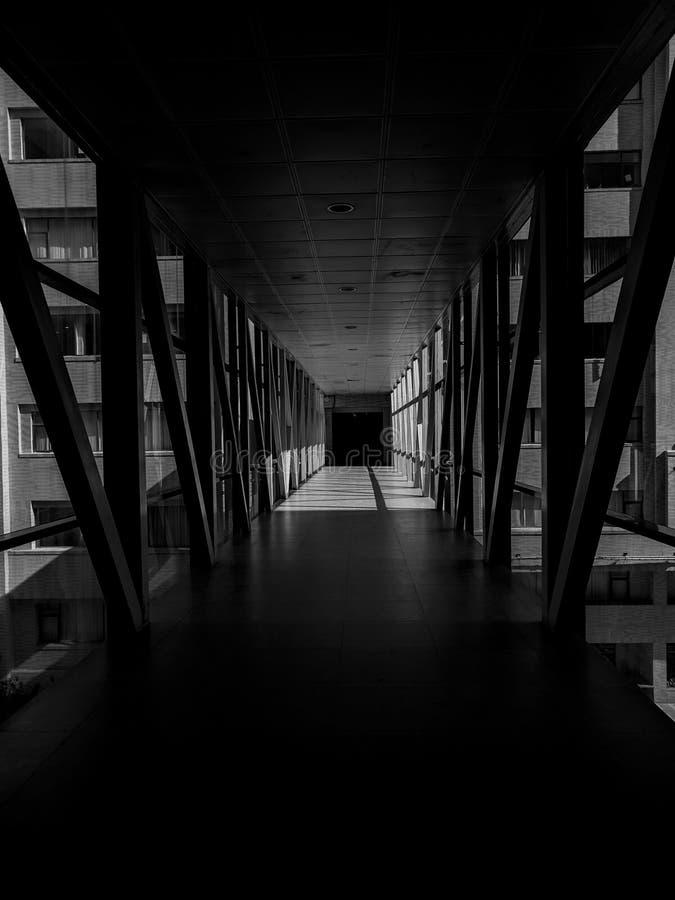 Мост между темнотой стоковые изображения rf