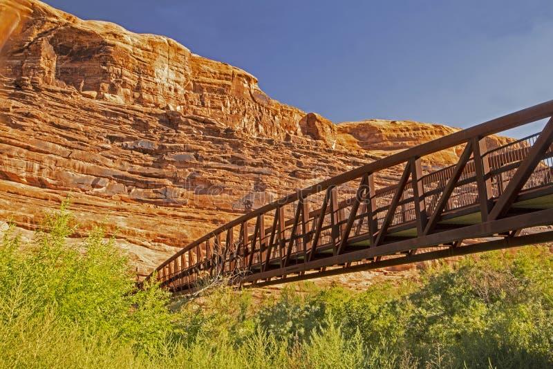 Мост металла пересекает небольшое реку в национальном парке сводов стоковое фото rf