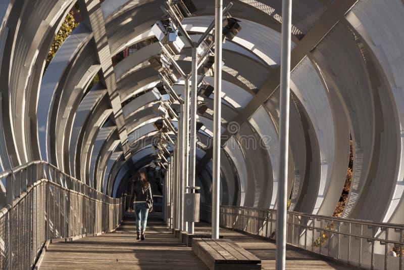 Мост металла спиральный в реке Мадрида, современном инженерстве стоковое фото rf