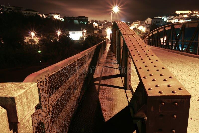 Мост металла с маленьким городом с другой стороны стоковые изображения rf