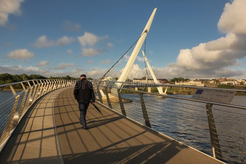 Мост мира Derry Лондондерри Северная Ирландия соединенное королевство стоковое фото