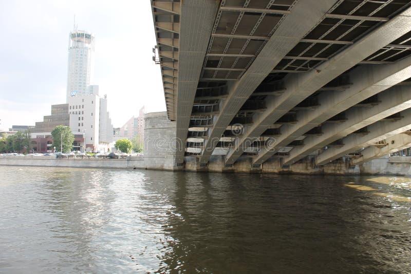 Мост Москвы но под мостом стоковые фото
