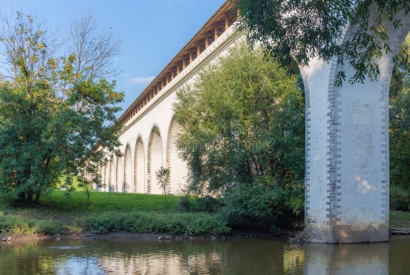 Мост мост-водовода через реку стоковые изображения rf