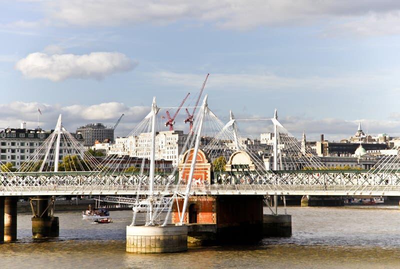 мост наводит золотистый юбилей hungerford стоковое изображение