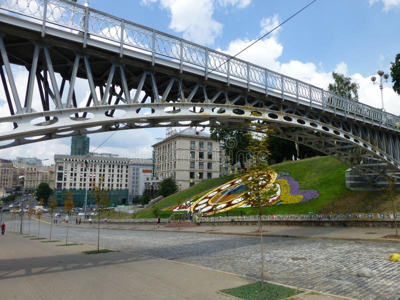 Мост над бульваром небесных сотен в Киеве стоковые фотографии rf