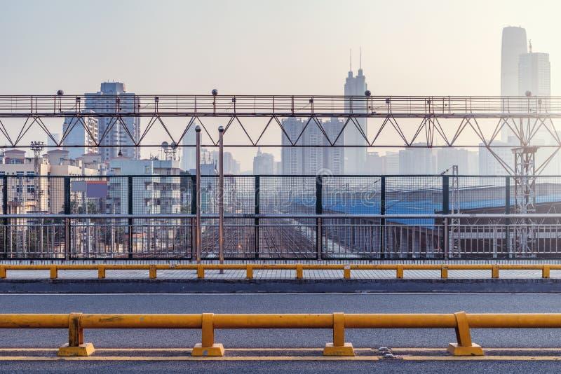 Мост над железнодорожным вокзалом стоковая фотография rf