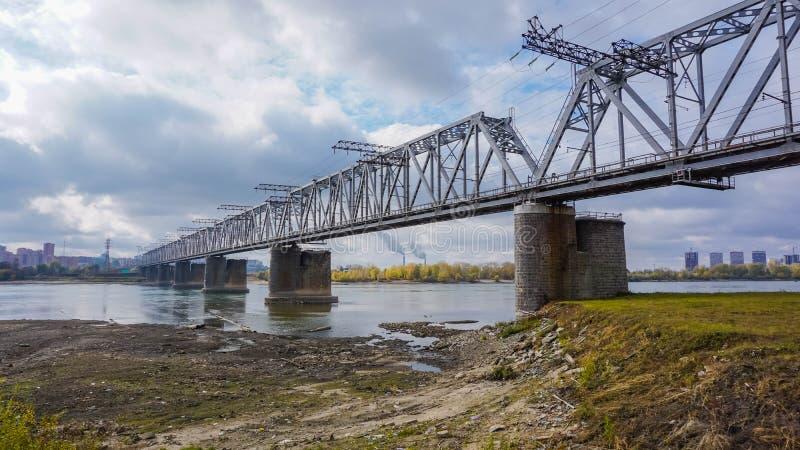 мост над железнодорожным рекой стоковая фотография rf