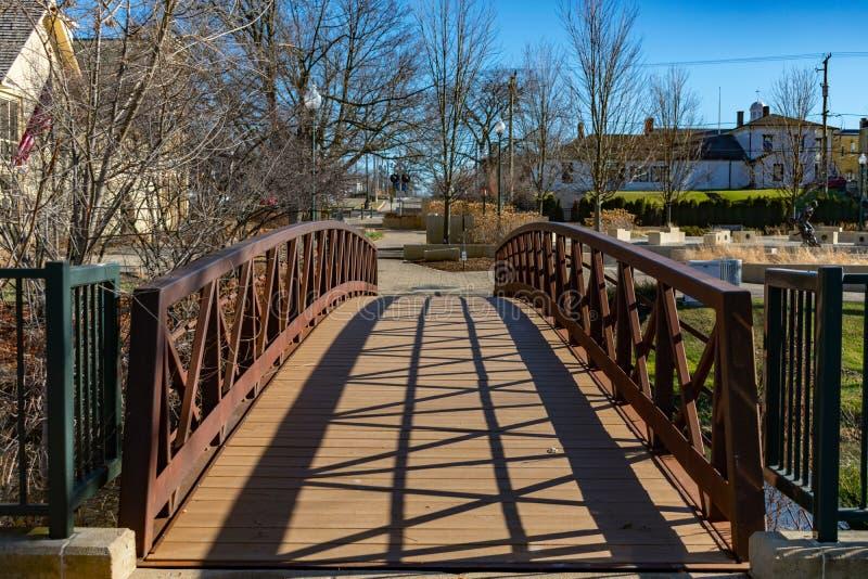 Мост над каналом в пригородном Lockport Иллинойсе стоковая фотография rf