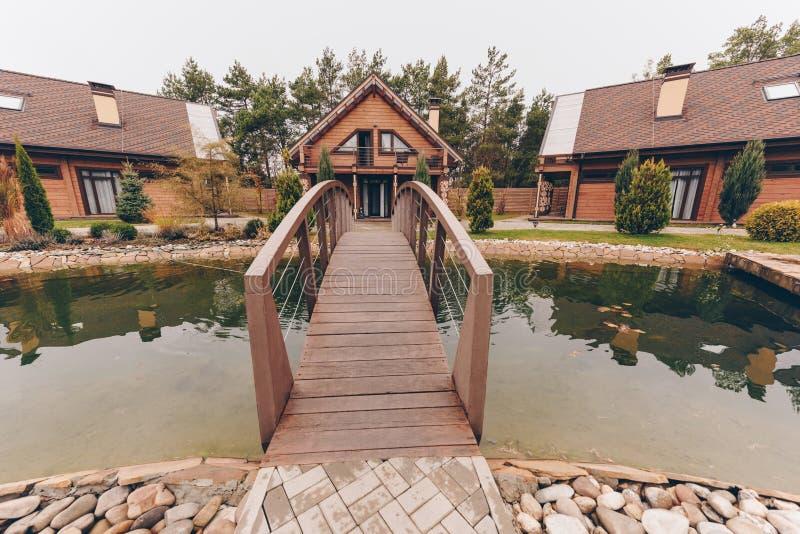 мост над прудом деревянным стоковое изображение rf