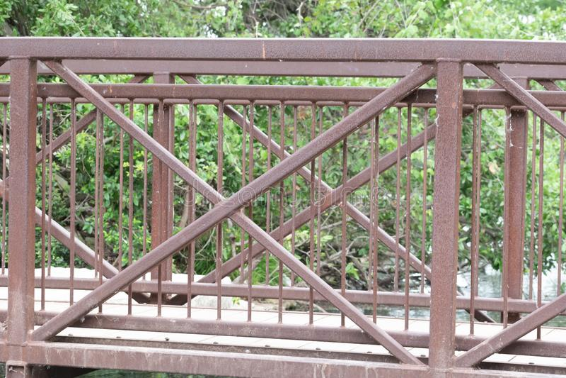 Мост над прудом со следом и древесинами стоковое изображение rf