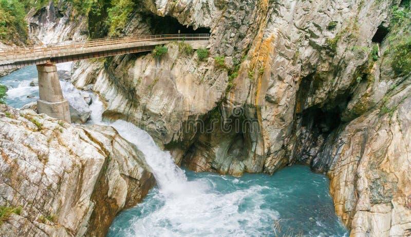 Мост над рекой в национальном парке Taroko стоковые изображения rf