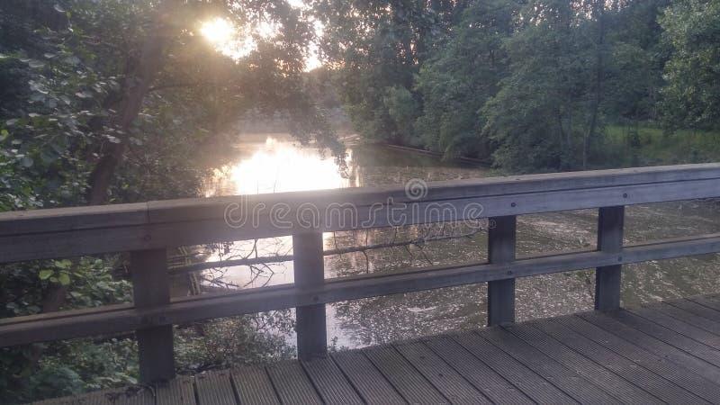 мост над рекой деревянным стоковое изображение