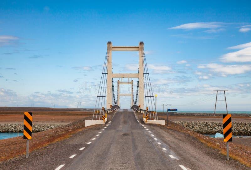 Мост над рекой Jokulsa ледниковым на кольцевой дороге маршрута 1 около Jokulsarlon юго-восточной Исландии Скандинавии стоковое изображение rf