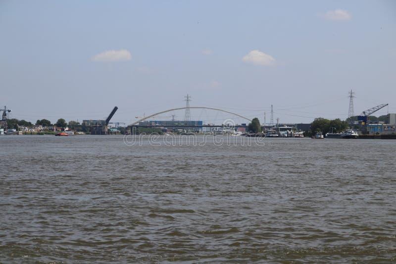 Мост над рекой Noord на Alblasserdam раскрывает в Нидерландах стоковое фото