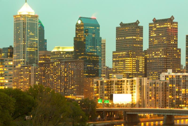 Мост над рекой Schuylkill и городским горизонтом города Филадельфии стоковое фото rf