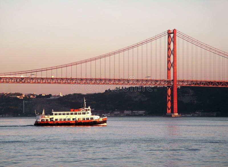 мост над рекой tagus стоковая фотография
