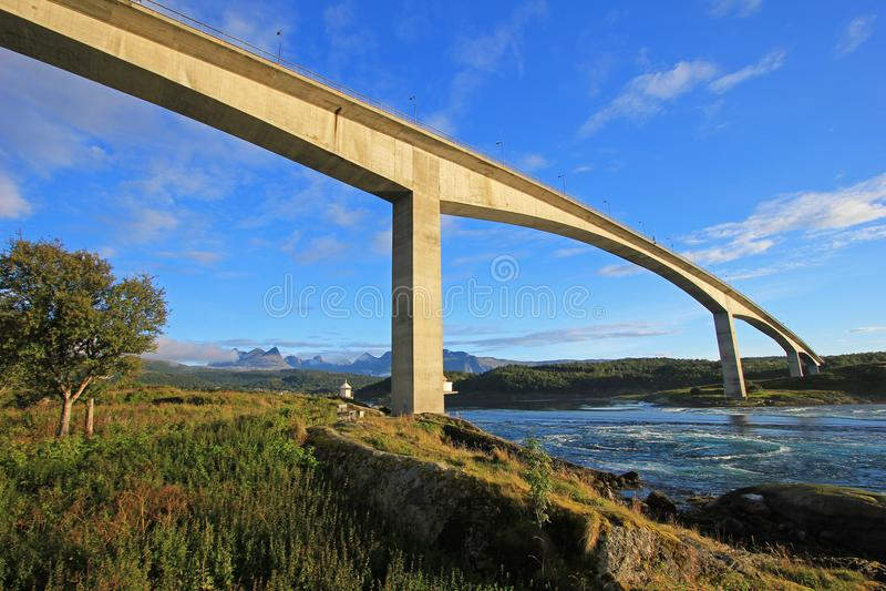 Мост над фьордом водоворотов водоворота Saltstraumen, Nordland, Норвегия, Скандинавия стоковое изображение