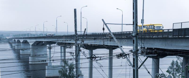 Мост над широким рекой и железнодорожным проводом стоковое фото rf