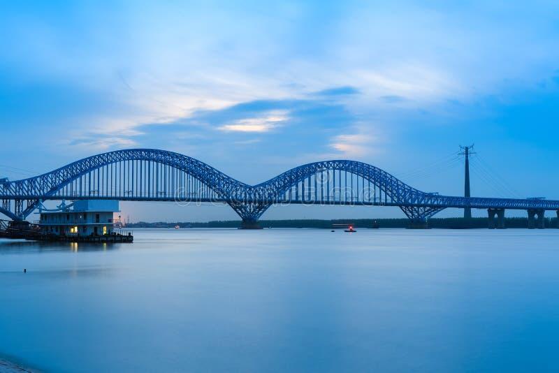 Мост Нанкина железнодорожный Рекы Янцзы на сумраке стоковое фото