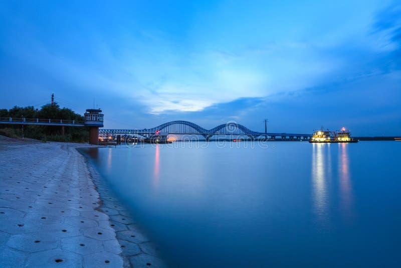 Мост Нанкина dashengguan в наступлении ночи стоковая фотография rf
