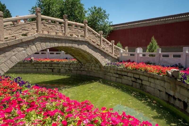 Мост на виске Конфуция в Wuwei, Китае стоковые изображения rf