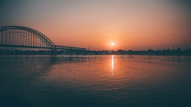 мост над восходом солнца стоковое изображение