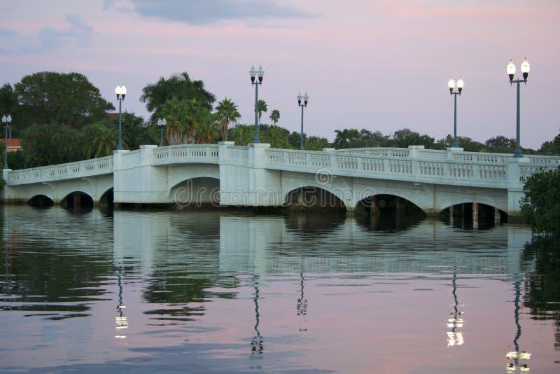 Мост над водой на заходе солнца стоковые фотографии rf