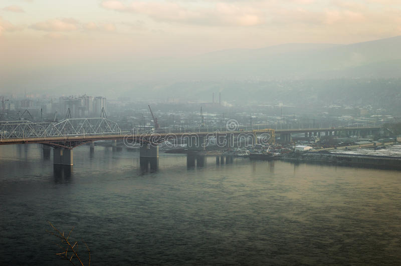 Мост над городом Enisey Krasnoyarsk реки стоковое фото rf