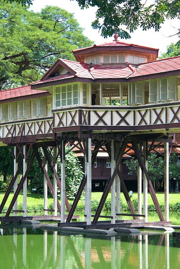Мост на здании Charli Mongkol Asna стоковые фотографии rf
