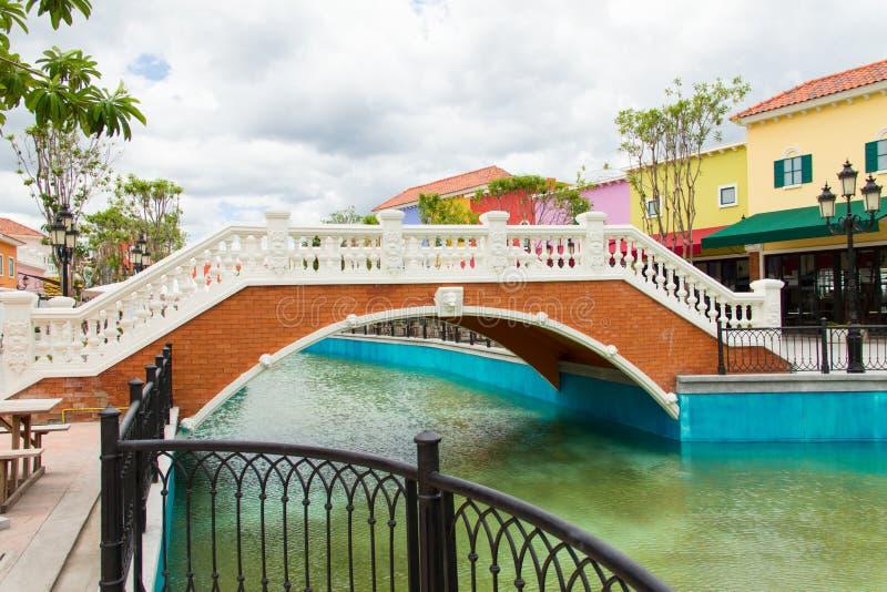 Download Мост над каналом стоковое изображение. изображение насчитывающей день - 33725545