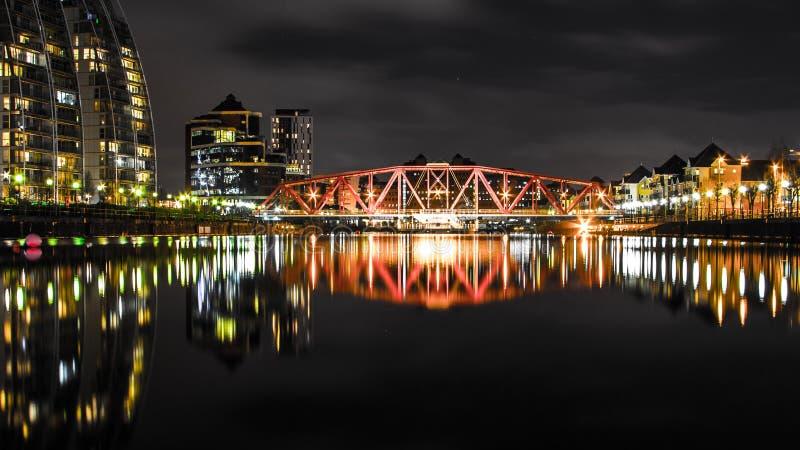 Мост над малым рекой с длинными отражениями стоковое изображение