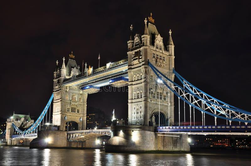 Мост на ноче, Лондон башни стоковые изображения