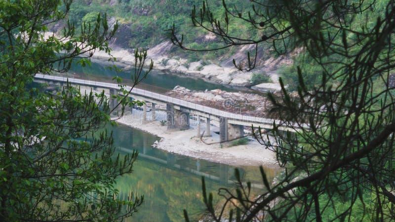 Мост над потоком в сельском Китае стоковые изображения