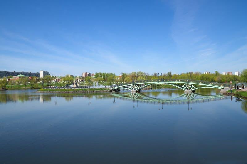 Мост над прудом в парке Tsaritsyno, Москве, России стоковое фото rf