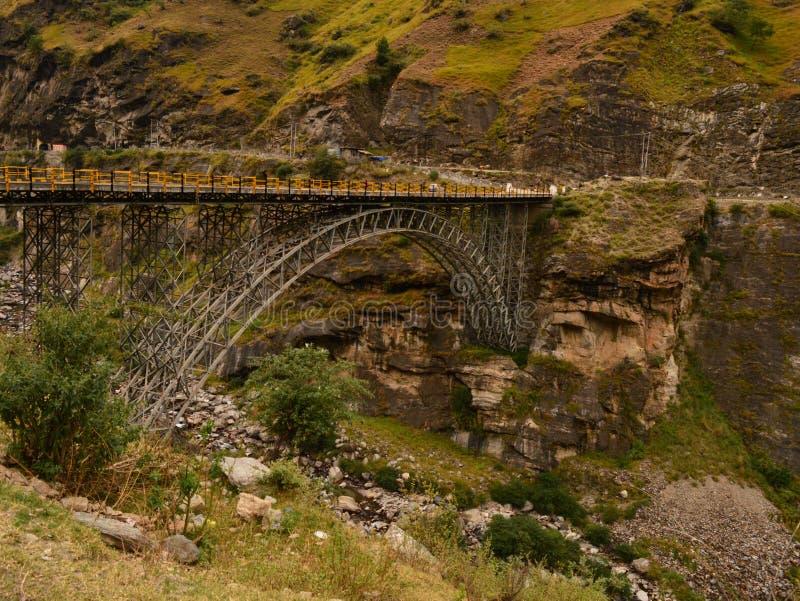 Мост на пути долины sangla, Himachal Pradesh стоковые фотографии rf