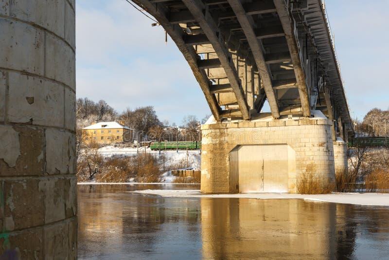 Download Мост над рекой в зиме стоковое фото. изображение насчитывающей замерзано - 37927798