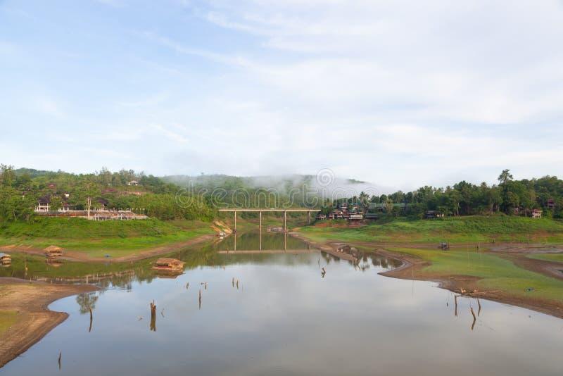 мост над рекой в середине гор стоковое изображение