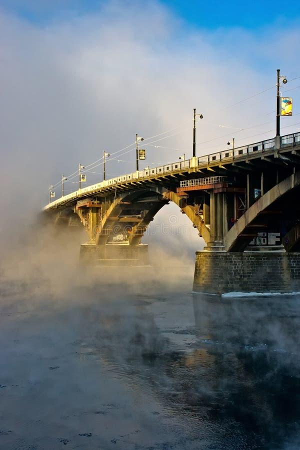 Мост над рекой Angara в тумане стоковые фото