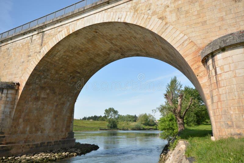 Мост над рекой Le Серией в Франции стоковые изображения rf