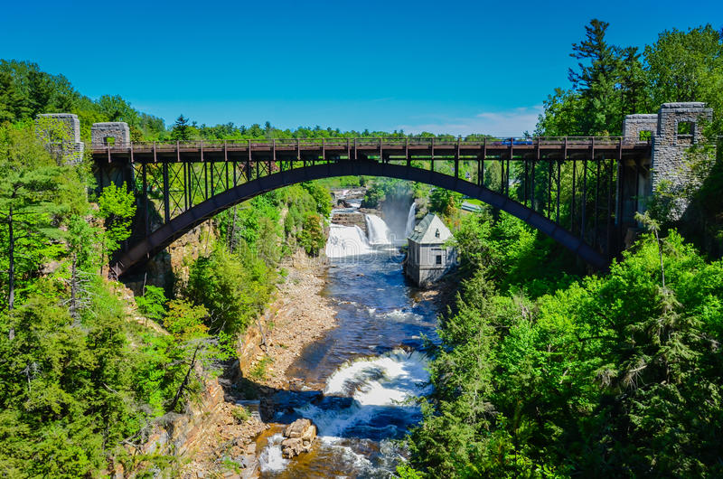 Мост над ущельем реки - бездной Ausable - Keeseville, NY стоковое фото rf