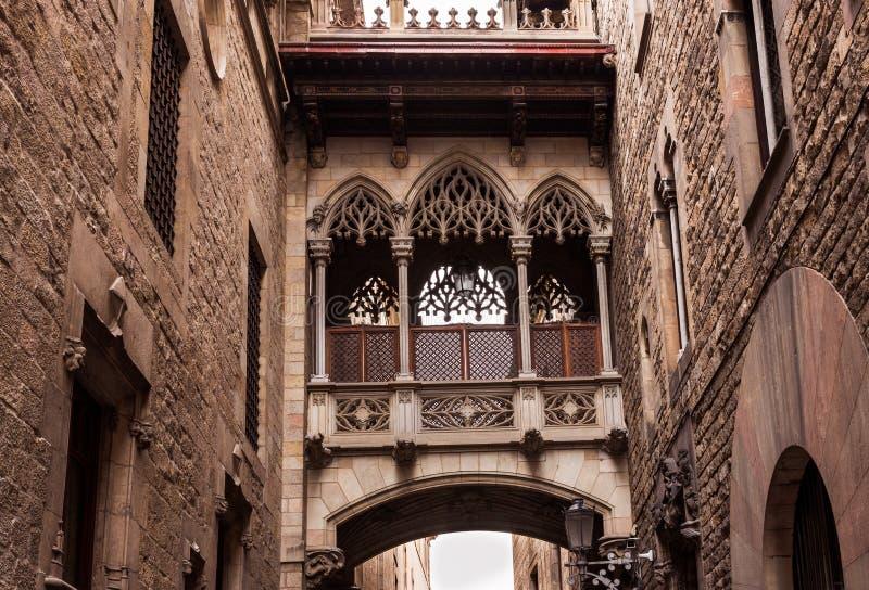Мост на Carrer del Bisbe в Barri Gotic, Барселоне стоковые фотографии rf