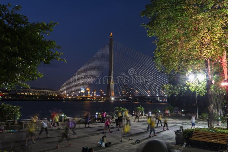 Мост на twilight времени, Таиланд Бангкока Rama VIII стоковые изображения rf