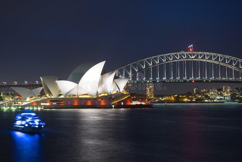 Мост оперного театра и гавани Сиднея на ноче стоковые изображения