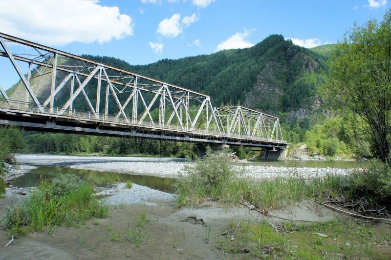 Мост дороги над рекой горы Сибирь стоковая фотография