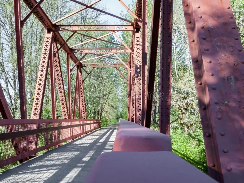 Download Мост дорожки и сделанные по образцу тени 2 Стоковое Изображение - изображение насчитывающей неровно, плита: 81808837