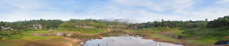 Мост панорамы над рекой стоковое изображение