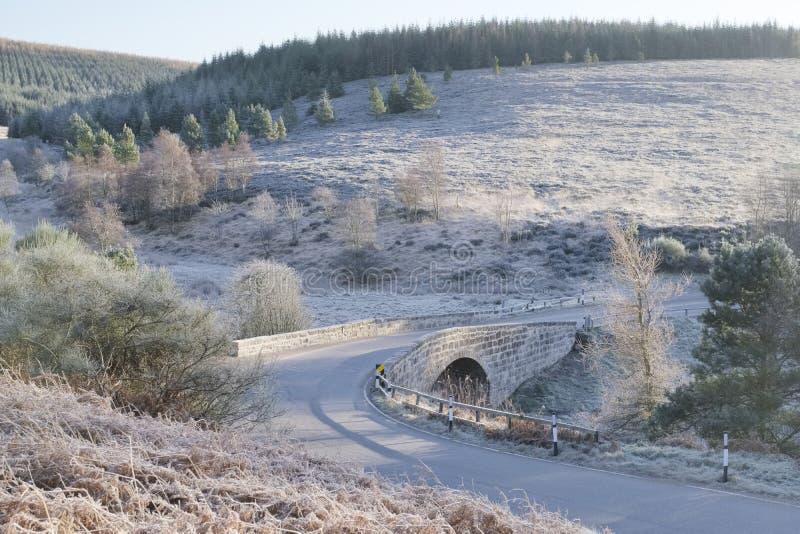 Мост перевала держателя пирамиды из камней в Aberdeenshire около Fettercairn среди холмов Grampian старый военный маршрут стоковая фотография rf