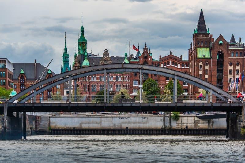 Мост перед speicherstadt Гамбургом склада стоковое фото rf